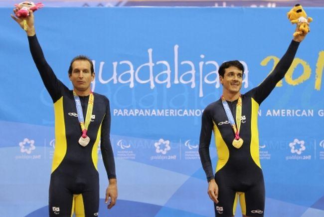 Soelito Gohr (esq) e João Schwindt, respectivamente prata e ouro na prova de perseguição individual, nos Jogos Parapan-Americanos de Guadalajara (2011)  Foto: Márcio Rodrigues/Fotocom/Divulgação