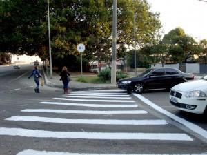 Motoristas respeitando travessia em faixa de pedestres pintada por cidadãos na Ponte da Cidade Universitária, em 2010. Foto: Luddista