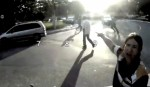 Ignorando o risco corrido pelos pedestres que precisam atravessar nesse ponto, agente da CET justifica a falta de travessia. Imagem: Rachel Schein/Reprodução