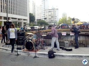 Em um lado da Praça do Ciclista, uma banda tocava rock pesado. Do outro, uma tenda espalhava som eletrônico e hip hop pelo ar, com direito até a batalha de MCs.