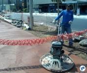 Trabalho de aplainamento do piso da ciclovia da Av. Faria Lima, logo após a aplicação do concreto já tingido. Foto: Willian Cruz