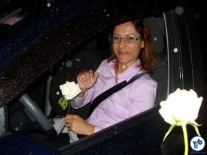 Motorista recebendo flores de um ciclista, durante manifestação por segurança no trânsito. Foto: Willian Cruz
