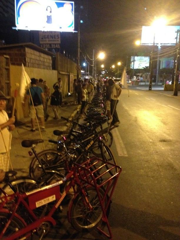 Ciclistas cobriram a ciclofaixa com bicicletas, para evitar sua retirada. Foto: Francisco Cunha, via Twitter