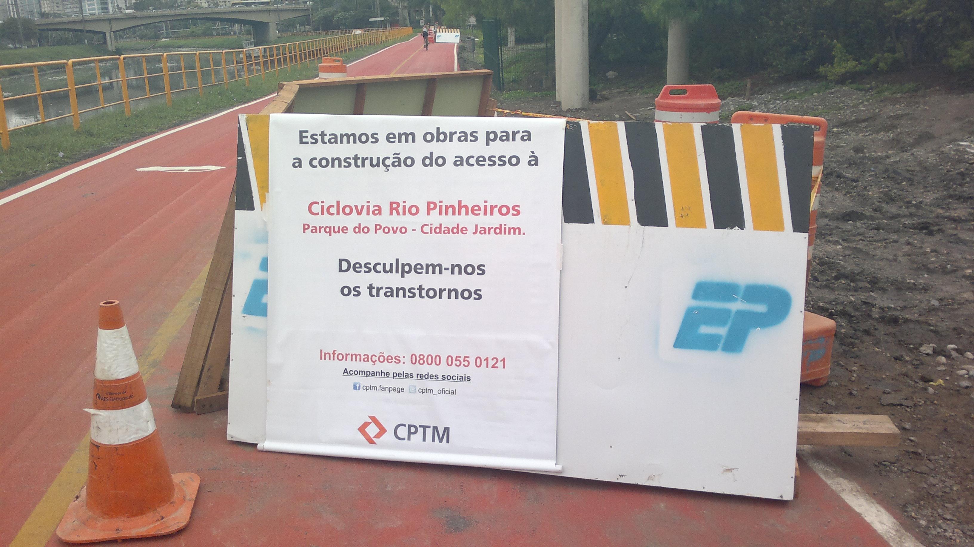 Aviso na obra da Ciclovia Rio Pinheiros. Foto: Cesar Rocha