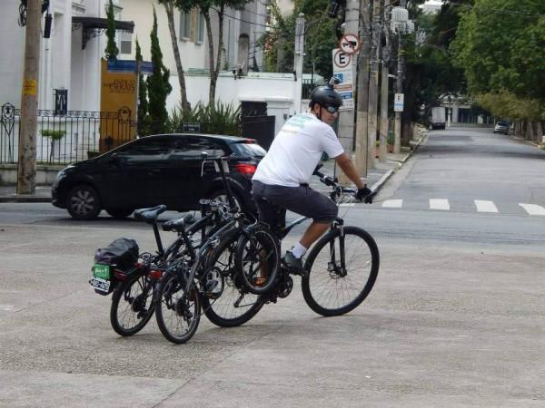 Com jeitinho e tomando muito cuidado com o câmbio, é possível até levar duas de uma vez, como nos mostra o bike anjo Wendel Trindade, de São Paulo.