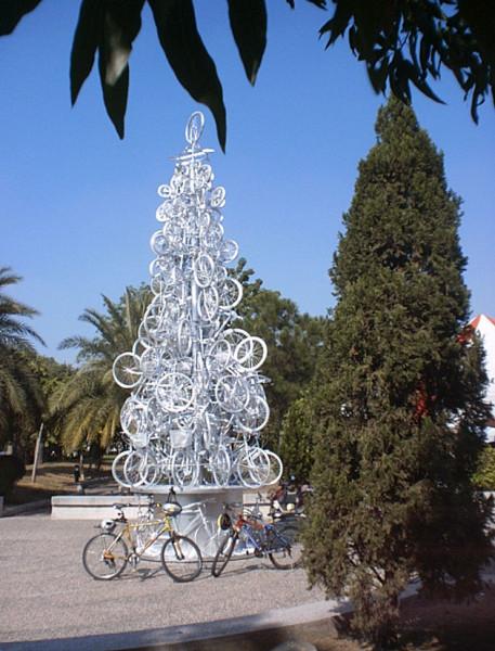 Árvore de Natal feita com bicicletas. Local desconhecido (provavelmente EUA).