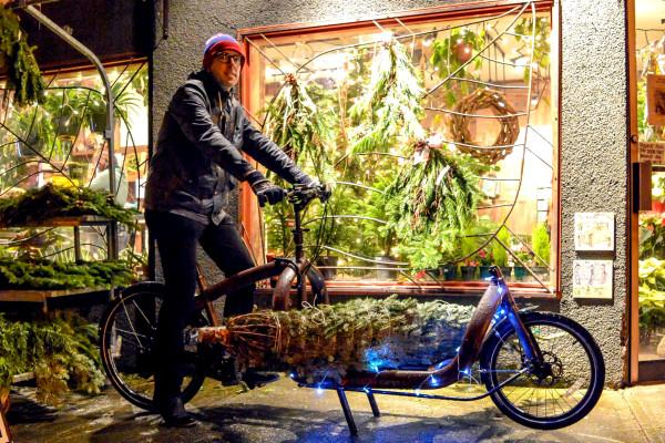 Bicicleta de carga enfeitada com luzes de natal em Vancouver, Canada. Foto Chris/Modacity (2014)