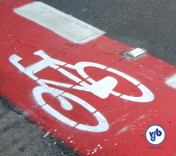 Ciclofaixa no bairro de Moema, em São Paulo: reservada aos ciclistas apenas através de sinalização.