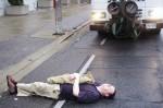 Alguns manifestantes também deitaram sobre a faixa, impedindo o avanço do caminhão que fazia a remoção. Foto: Martin Reis