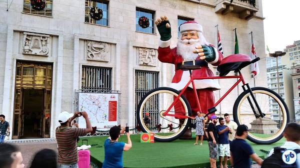 Papai Noel de bicicleta em frente à sede da Prefeitura de São Paulo (2014). Foto: Willian Cruz