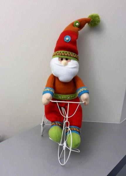 A Priscila Cruz, responsável pelo administrativo aqui do Vá de Bike, encontrou esse Papai Noel que pedala em um consultório oftalmológico em São Paulo (2013). Foto: Priscila Cruz