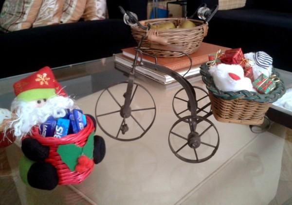 A Rosana Baioco enfeitou esse pequeno triciclo para o Natal e mandou a foto pra gente. O Papai Noel dela entrega os presentes pedalando! (Foto: Arquivo pessoal)