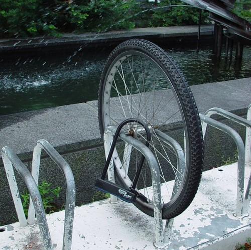 Essa foto mostra uma situação mais que errada: além de prender apenas pela roda, a bicicleta estava presa pelos raios, que podem ser cortados com qualquer alicate. Foto: Kristian Ovaska/Wikimedia Commons
