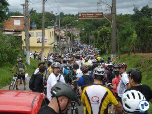 Milhares de ciclistas aguardando a primeira balsa, na região do Grajaú, na descida oficial da Rota Márcia Prado em 2012. Na edição 2014, foi criada uma rota alternativa. Foto: Willian Cruz