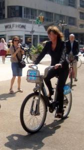 Janette Sadik-Khan, secretária de transportes de Nova York, em evento de inauguração do sistema de aluguel de bicicletas da cidade. Foto: Thiago Benicchio