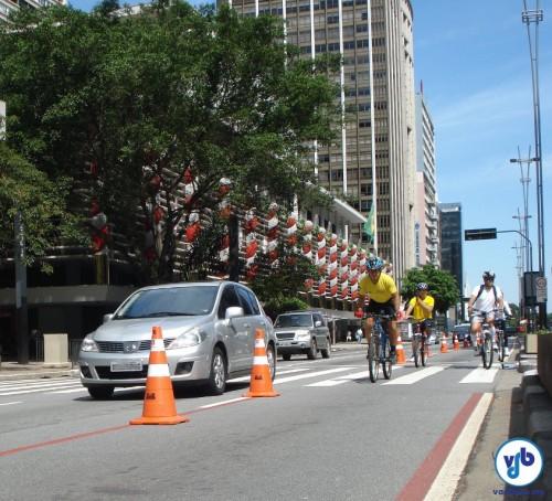 Ciclofaixa de Lazer na Avenida Paulista, em São Paulo. Ao fundo, é possível ver parte da decoração de Natal do Conjunto Nacional.
