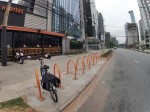 O paraciclo em forma de U invertido é o mais indicado. Com ele, o ciclista apoia a bicicleta e prende por onde achar melhor (geralmente pelo quadro). Foto: Ciclomidia/Divulgação