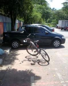 Ciclovia já está sendo usada como área de estacionamento. Foto de Luiz Henrique Amaral, postada em 18 de fevereiro.