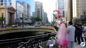 Mariana e Carlos celebraram seu amor pedalando na avenida mais famosa de São Paulo. Foto: Willian Cruz