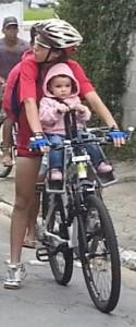 Uma perigosa ciclista, armada com uma criança pequena. Foto: Rodrigo Martins