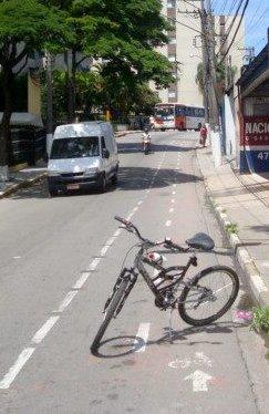 Quando da retirada da ciclovia, a pintura vermelha já havia sumido totalmente em alguns pontos. Foto: Luiz Henrique Amaral
