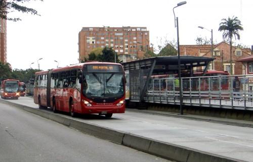 O sistema rápido de ônibus Transmilênio é uma das iniciativas para diminuir a dependência do automóvel na capital colombiana. Foto: mariordo59 (cc)