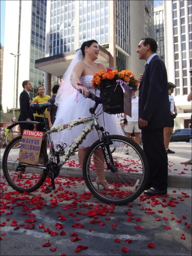 Cada vez mais gente tem optado por casar de bicicleta, juntando padrinhos, parentes e convidados à pedalada. Na foto, o casamento de Willian e Priscila, em São Paulo. Foto: Thiago Benicchio