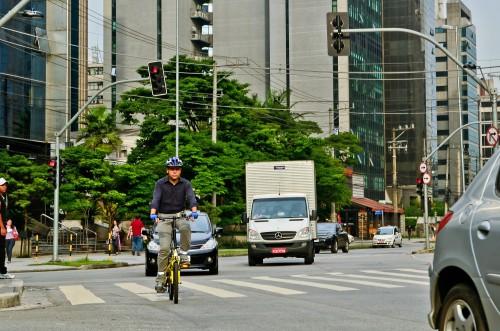 Willian Cruz pedala nas ruas da cidade de São Paulo desde o ano 2000, utilizando a bicicleta em praticamente todos os seus deslocamentos. Com o trabalho no Vá de Bike e o ativismo em diversas frentes, vem ganhando relevância no cenário do cicloativismo nacional ao longo da última década. Foto: Carlos Alkmin