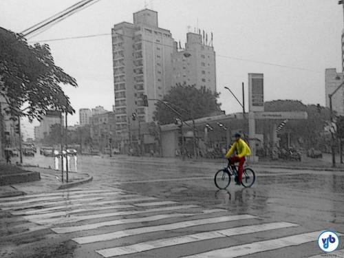 Ciclista pedalando em um dia de bastante chuva em São Paulo. Foto: Willian Cruz