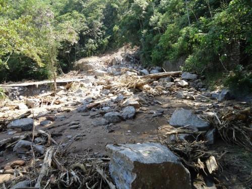 Vários pontos da estrada estão cobertos e correm riscos de novos deslizamentos. Foto: Anselmo Stoquini