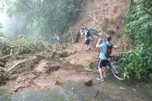 Ciclistas que tentaram passar pelas áreas de deslizamento correram sérios riscos. Foto: Fabricio Bezerra