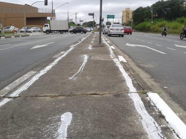 Ciclovia pintada em protesto no canteiro central da Av. Eliseu de Almeida. Foto: Karina Massi
