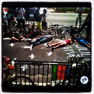 Em protesto, manifestantes simularam ciclistas caídos no asfalto. Foto: Rachel Schein