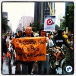 """""""Na contramão está o país, não David Santos"""", diz o cartaz, em referência a afirmações de que o fato do ciclista não estar no sentido correto, ainda que dentro da área separada por cones, teria influído no atropelamento. Foto: Rachel Schein"""