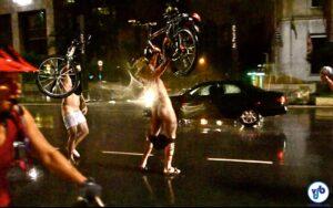 Em São Paulo, a Pedalada Pelada está em sua sétima edição. A nudez como protesto tem sido respeitada pelas autoridades e o evento ocorre tranquilamente, em clima de festa. Foto: Rachel Schein