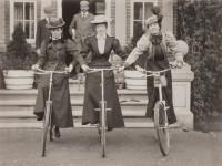 Três mulheres habilidosas, por volta do ano de 1900.