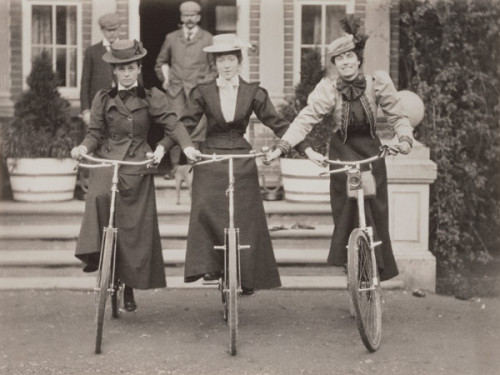 Três mulheres habilidosas (e dois homens inconformados), por volta do ano de 1900.
