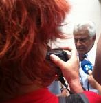 O advogado de defesa de Alex Siwec: trabalho difícil justificando o injustificável. Os cabelos vermelhos são da colega Renata Falzoni. Foto: Daniel Guth