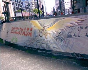 """""""Asas"""": painel de Mona Caron na Praça do Ciclista, pintado em novembro de 2007 e apagado em menos de um mês pela Prefeitura de São Paulo. Foto: Thiago Benicchio."""