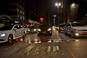 """""""Omissão mata"""" e tinta vermelha para lembrar que o Poder Público tabém é responsável pelas mortes no trânsito. Foto: Rachel Schein"""