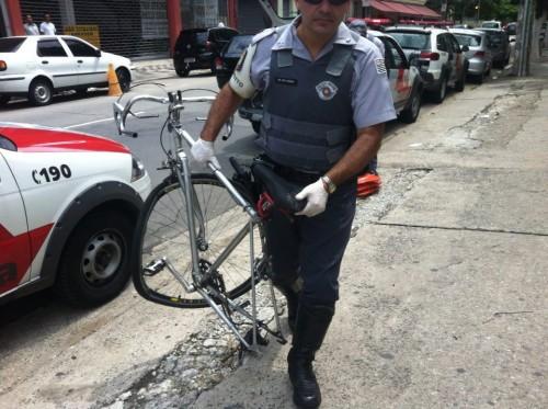 A bicicleta de David Santos Souza, destruída após o atropelamento em que ele perdeu o braço, chega ao 78º DP, nos Jardins. Foto: Daniel Guth