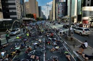 """Die in"" na Av. Paulista, em 2013, simula corpos atropelados no asfalto. Veja a galeria completa. Foto: Ignacio Aronovich / Lost Art"