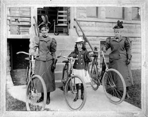 mulheres e bicicletas - foto antiga