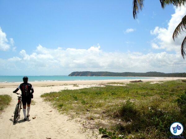 A bicicleta pode te levar a lugares inesquecíveis, como essa praia deserta. A foto foi tirada em uma cicloviagem de um dia, em que pedalamos de Maragogi a Maceió (AL).
