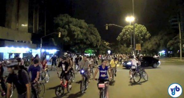 Motorista cruza a massa de ciclistas praticamente sem reduzir. Por sorte, todos os ciclistas conseguiram ser ágeis em sair de sua frente.
