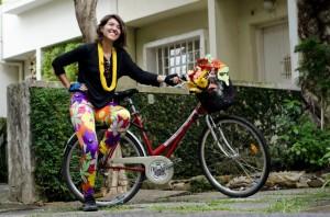 Yasmin Flores e sua bicicleta florida. Foto: Felipe Baenninger