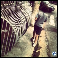 """Portão """"grávido"""" ocupa calçada no bairro de Pinheiros. Foto: Rachel Schein"""