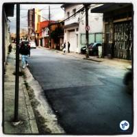 Calçada insuficiente no bairro de Pinheiros. Novamente, o asfalto em boas condições. Foto: Rachel Schein