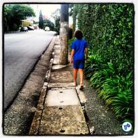 Calçada na R. Natingui, no bairro de Pinheiros. Perceba a ótima condição do asfalto. Foto: Rachel Schein
