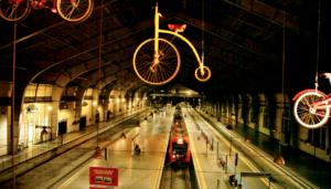 Bicicletas penduradas na Estação Júlio Prestes. Foto: Claus Stellfeld/Divulgação
